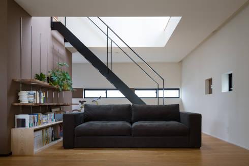リビングソファ: 一級建築士事務所 SAKAKI Atelierが手掛けたリビングです。
