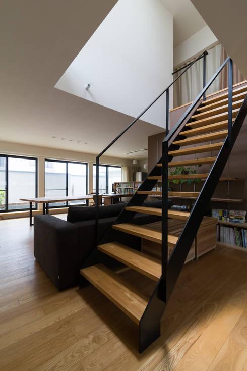 階段: 一級建築士事務所 SAKAKI Atelierが手掛けたリビングです。