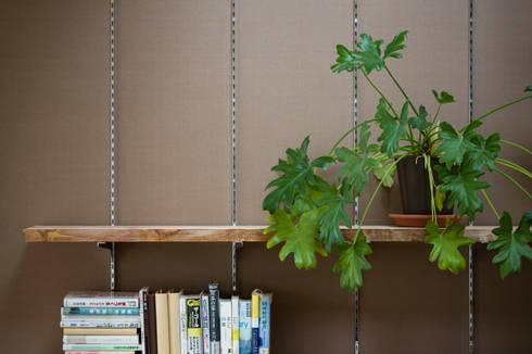 本棚: 一級建築士事務所 SAKAKI Atelierが手掛けた壁です。