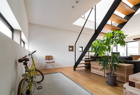 安東の住宅|住まい方の変化に向き合う: 一級建築士事務所 SAKAKI Atelierが手掛けた廊下 & 玄関です。