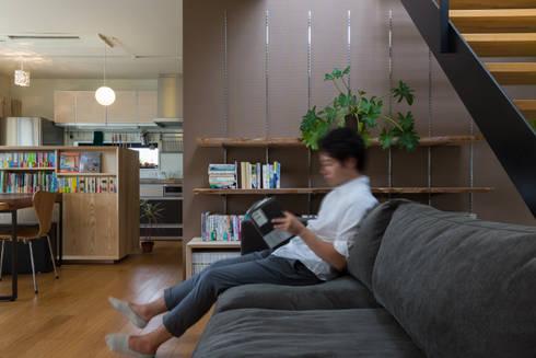 リビング: 一級建築士事務所 SAKAKI Atelierが手掛けたリビングです。