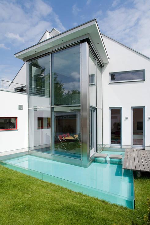 Blick auf den Wintergarten und das Wasserbasin:  Terrasse von aaw Architektenbüro Arno Weirich