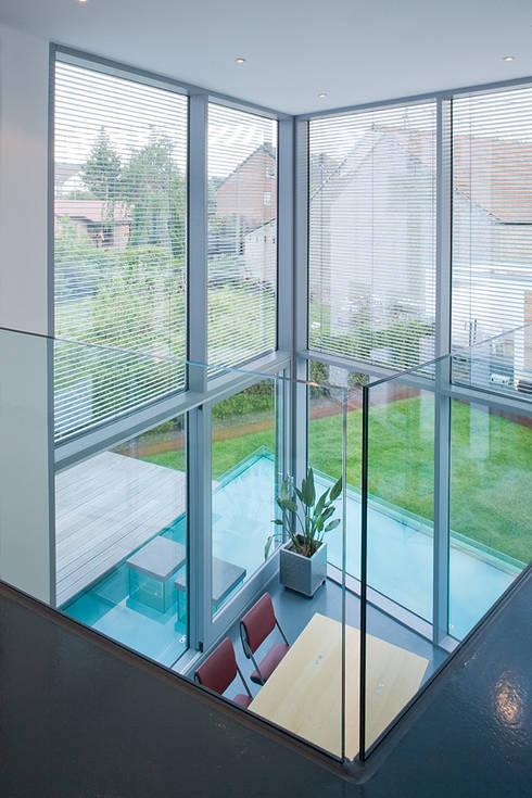 Blick aus dem Wintergarten in den Garten und auf das Wasserbasin:  Esszimmer von aaw Architektenbüro Arno Weirich