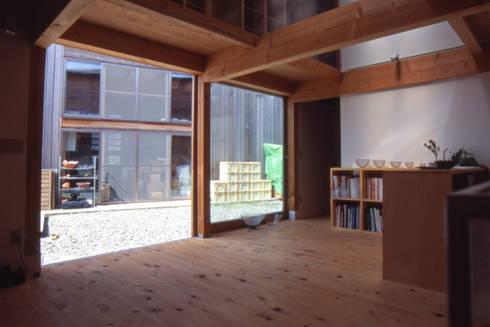 アトリエ内部から中庭方向を見る: 家山真建築研究室 Makoto Ieyama Architect Officeが手掛けた家です。