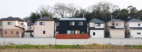 川と緑を眺めるシンプル住宅: ラブデザインホームズ/LOVE DESIGN HOMESが手掛けた家です。