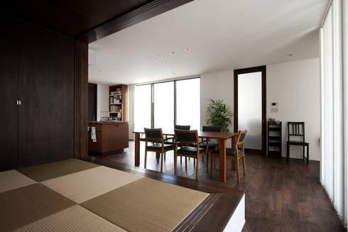 3つの中庭のあるリゾートハウス: ラブデザインホームズ/LOVE DESIGN HOMESが手掛けた家です。