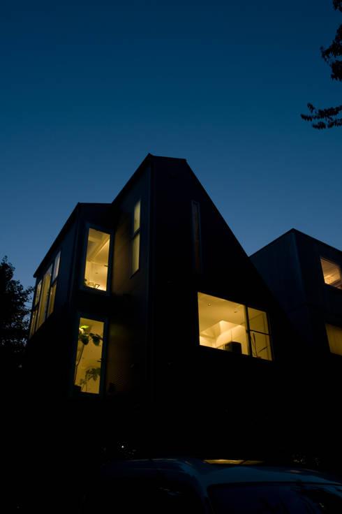 南東側外観夜景: 余田正徳/株式会社YODAアーキテクツが手掛けた家です。