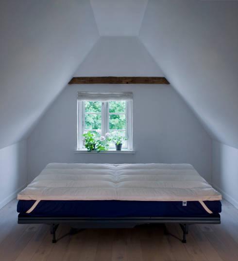 Coprimaterasso Feather Cloud: Camera da letto in stile  di Piumini Danesi