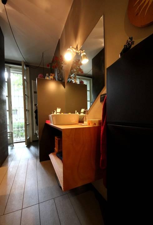 Appartamento grunge in città: Bagno in stile  di Falegnameria Ferrari