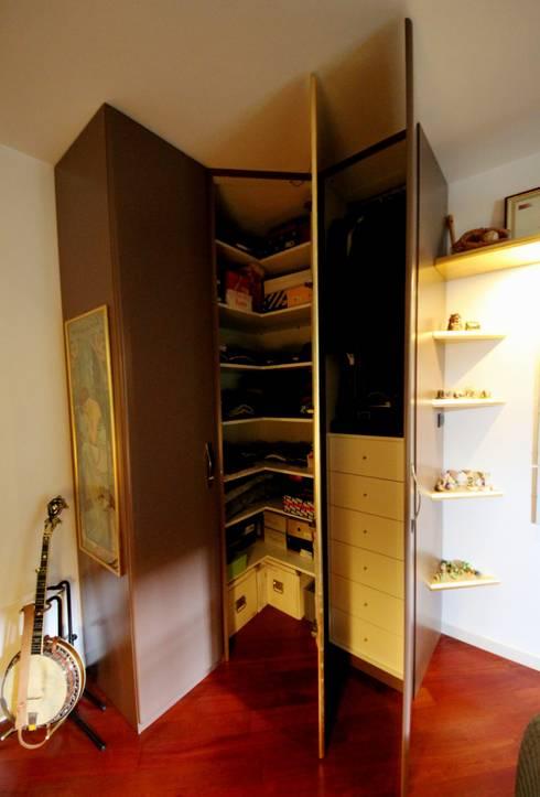 Appartamento grunge in città: Camera da letto in stile  di Falegnameria Ferrari