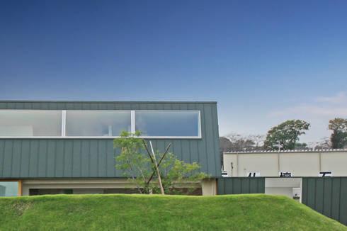 遮るドテ: WAA ARCHITECTS 一級建築士事務所が手掛けた家です。