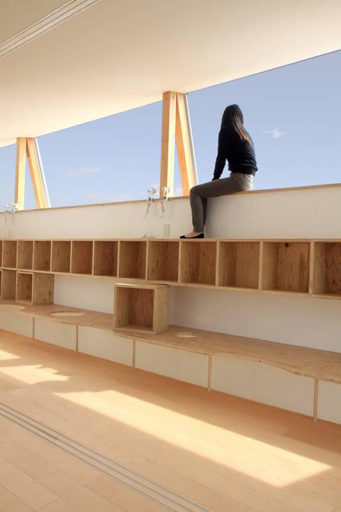 空に面した勉強スペース: WAA ARCHITECTS 一級建築士事務所が手掛けた子供部屋です。