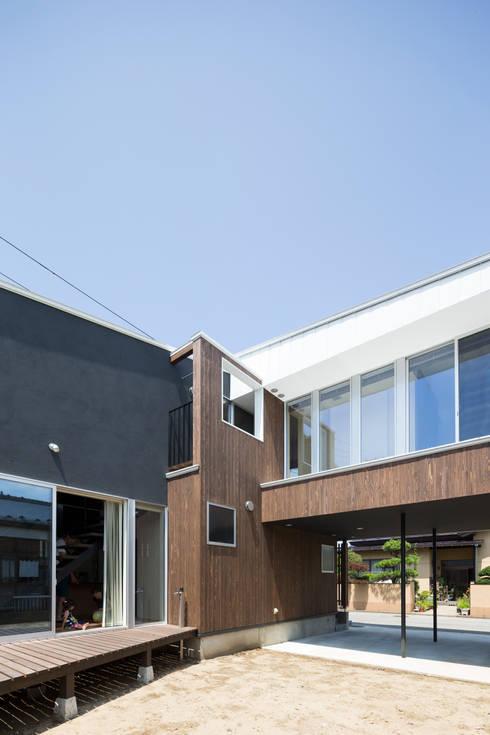 外観(南東側): 花田設計事務所が手掛けた窓&ドアです。