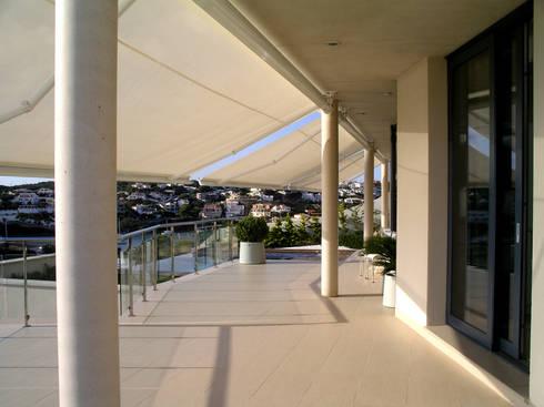 Terraza hacia el jardín: Terrazas de estilo  de FG ARQUITECTES