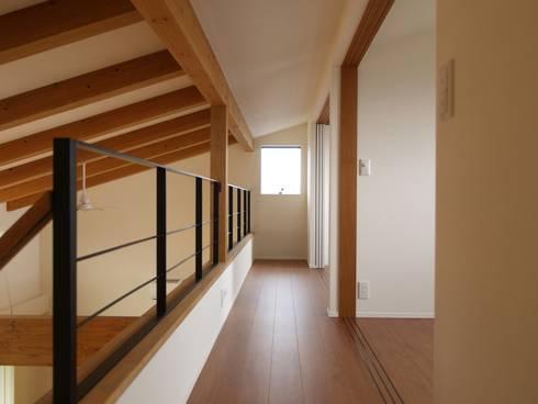 2階ホール~子供室: ai建築アトリエが手掛けた廊下 & 玄関です。