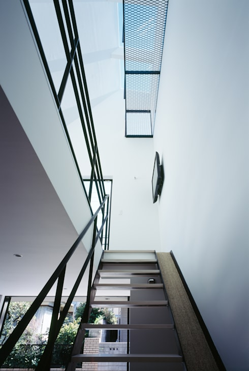 1階 天窓: 高橋直子建築設計事務所が手掛けた廊下 & 玄関です。