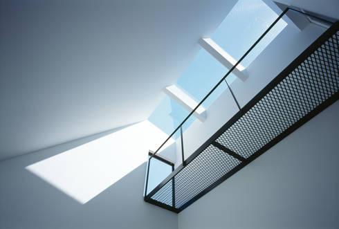 天窓: 高橋直子建築設計事務所が手掛けたリビングです。