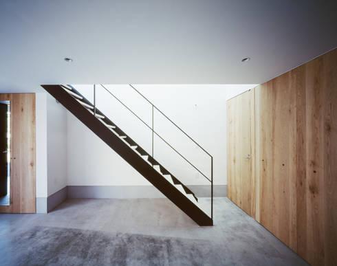1階 階段: 高橋直子建築設計事務所が手掛けた廊下 & 玄関です。