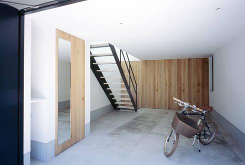 1階 ドッグラン: 高橋直子建築設計事務所が手掛けたガレージです。