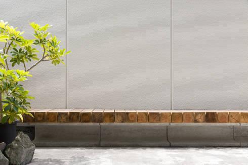 屋外ベンチ: 一級建築士事務所 SAKAKI Atelierが手掛けたベランダです。