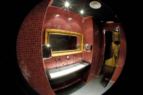 Baño hombres: Espacios comerciales de estilo  de ESTER SANCHEZ LASTRA