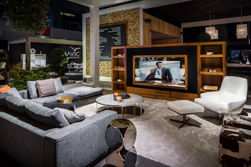 Magic Mirror tv verwerkt in Audio Video meubel. : moderne Woonkamer door B&G Audio Video Solutions BV