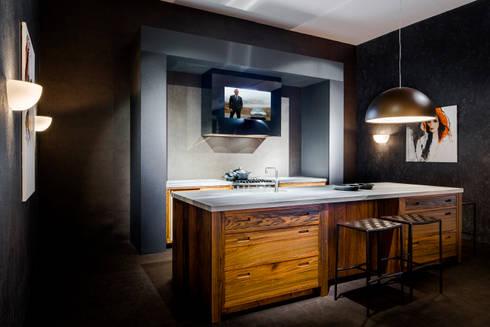 Mirror TV in afzuigkap: landelijke Keuken door B&G Audio Video Solutions BV