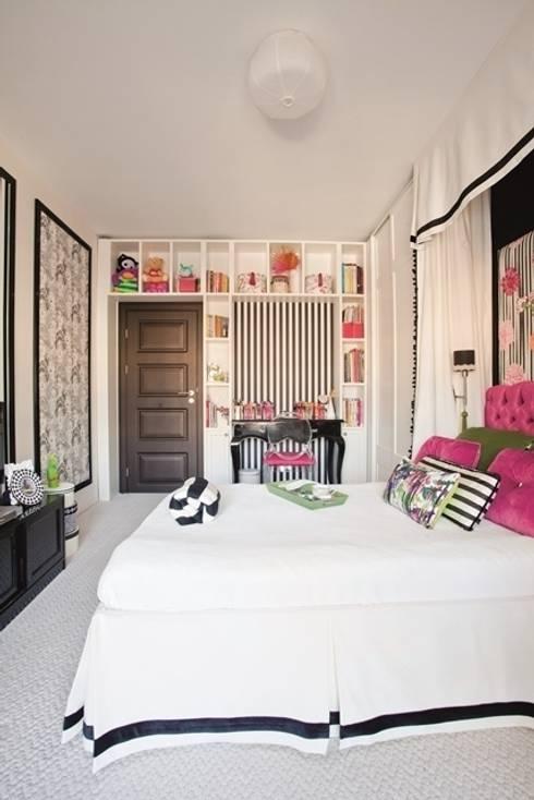 AK Design Studio – Girl's Bedroom: tropikal tarz tarz Yatak Odası