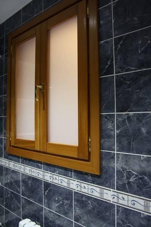 Puertas y ventanas de estilo rústico por MUDEYBA S.L.