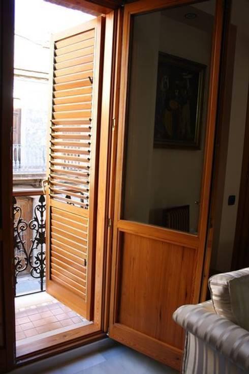 Proyecto integral de casa de pueblo.: Puertas y ventanas de estilo rústico de MUDEYBA S.L.