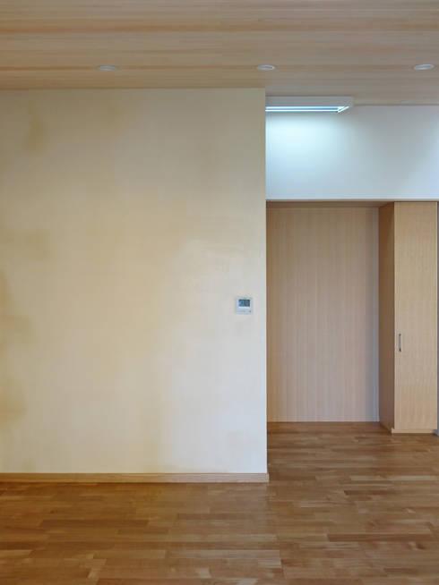 土漆喰の壁: 田所裕樹建築設計事務所が手掛けた壁です。