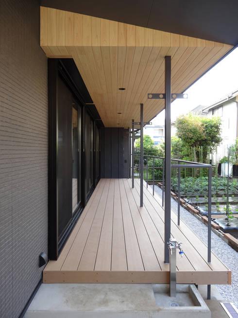 デッキテラス: 田所裕樹建築設計事務所が手掛けたベランダです。