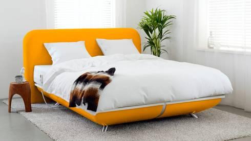 FreshBed iFo designbed in kleur RAL 1003 met hoofdbord in Kvadrat meubelstof: eclectische Slaapkamer door FreshBed