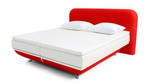 FreshBed iFo designbed in kleur RAL 3000 met hoofdbord in Kvadrat meubelstof: moderne Slaapkamer door FreshBed