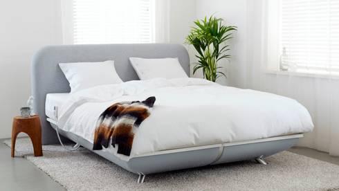 FreshBed iFo designbed in kleur RAL 7004 met hoofdbord in Kvadrat meubelstof: moderne Slaapkamer door FreshBed