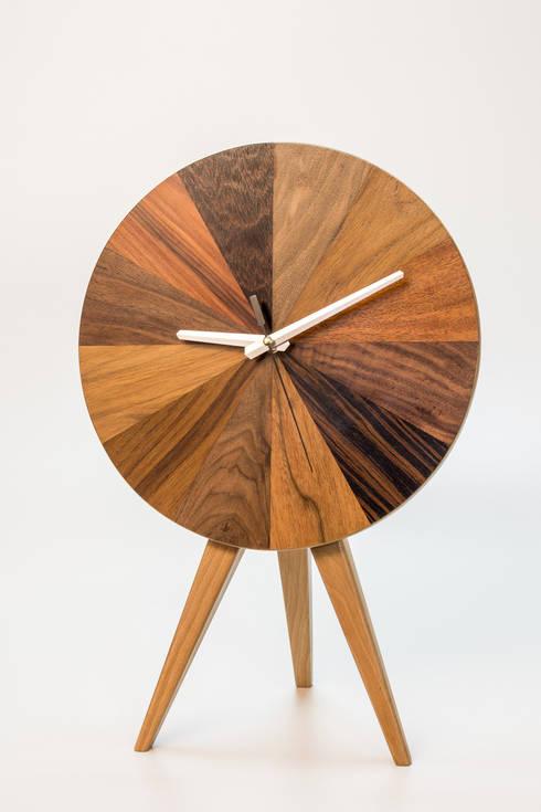 """Zegar """"Paleta barw"""". Stojący / wiszący: styl , w kategorii Salon zaprojektowany przez Meble Autorskie Jurkowski"""