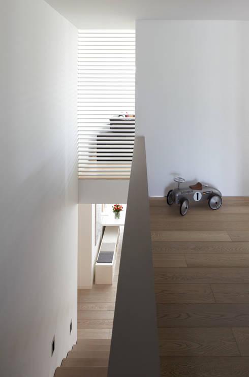 Mehrfamilienhaus_H:  Flur & Diele von Fachwerk4 | Architekten BDA