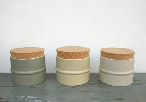 Tuya: industriële Woonkamer door RENATE VOS product & interior design