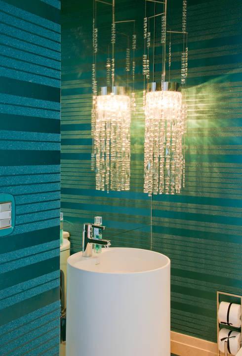 Apartamento Colorido - Depois: Banheiros  por Brunete Fraccaroli Arquitetura e Interiores