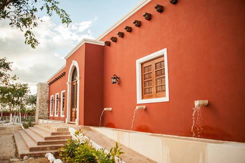 Fuentes en acceso principal: Ventanas de estilo  por Arturo Campos Arquitectos