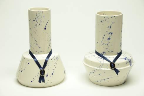 Chimney vazen - nieuw Delftsblauw: industriële Woonkamer door Ontwerpstudio Inge Simonis