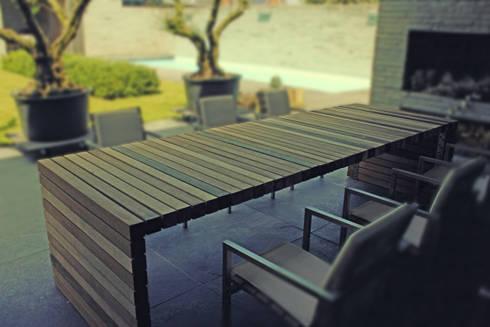Table Balken private residence: modern Balkon, veranda & terras door VanJoost