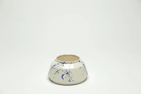 Chimney bloempot - nieuw Delftsblauw: industriële Woonkamer door Ontwerpstudio Inge Simonis