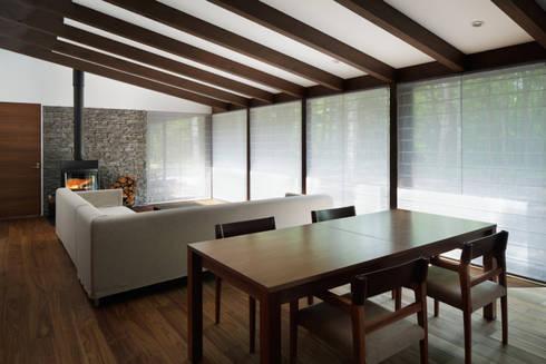 リビングダイニング~025軽井沢Sさんの家: atelier137 ARCHITECTURAL DESIGN OFFICEが手掛けたダイニングです。