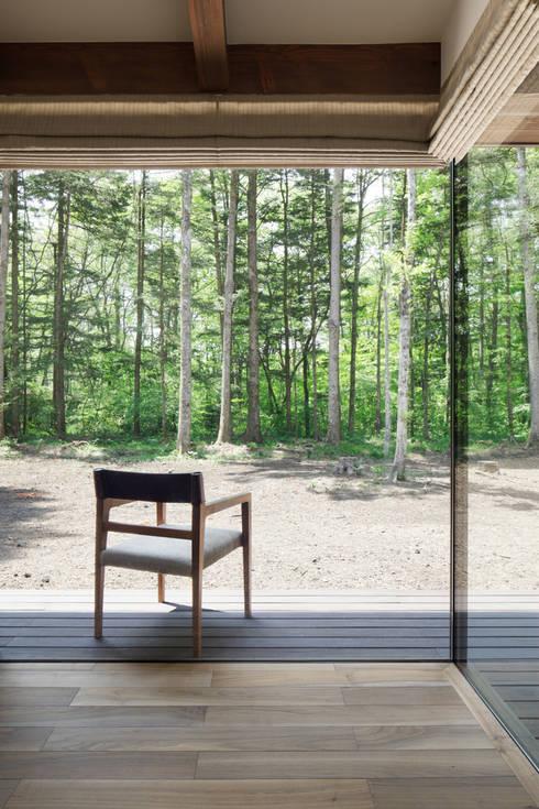 テラスへとつながる縁側的な空間~025軽井沢Sさんの家: atelier137 ARCHITECTURAL DESIGN OFFICEが手掛けたベランダです。