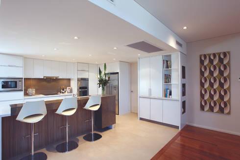 Karrinyup 6 Kitchen: modern Kitchen by Natasha Fowler Design Solutions