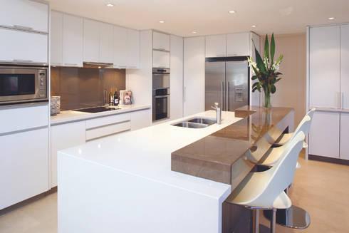 Karrinyup 5 Kitchen: modern Kitchen by Natasha Fowler Design Solutions