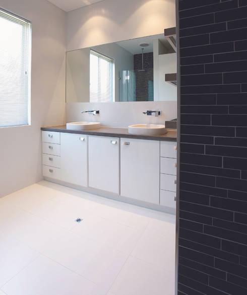 Karrinyup 9 Bathroom : modern Bathroom by Natasha Fowler Design Solutions