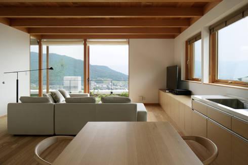 リビングダイニング(親世帯)~甲府 I さんの家: atelier137 ARCHITECTURAL DESIGN OFFICEが手掛けたリビングです。