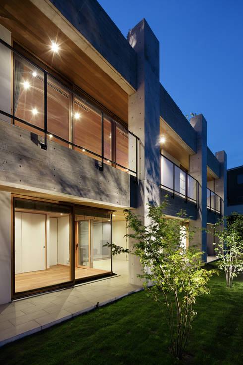 外観夕景~甲府 I さんの家: atelier137 ARCHITECTURAL DESIGN OFFICEが手掛けた家です。